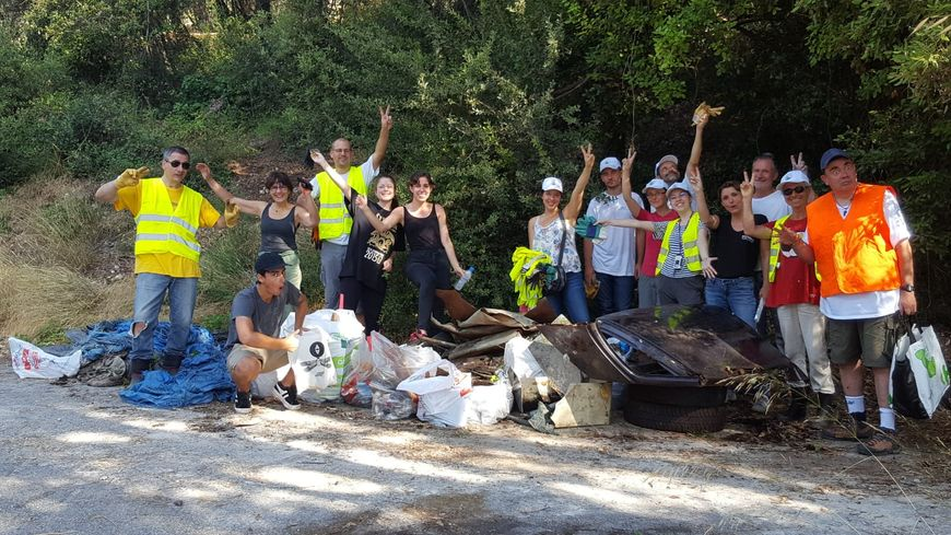 """L'association """"Ose"""" de sauvegarde de l'environnement nettoie les bords de routes à Antibes"""