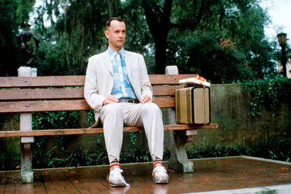 'Tom Hanks, interprétant le personnage de Forrest Gump, dans le film éponyme, réalisé par Robert Zemeckis et sorti en 1994.