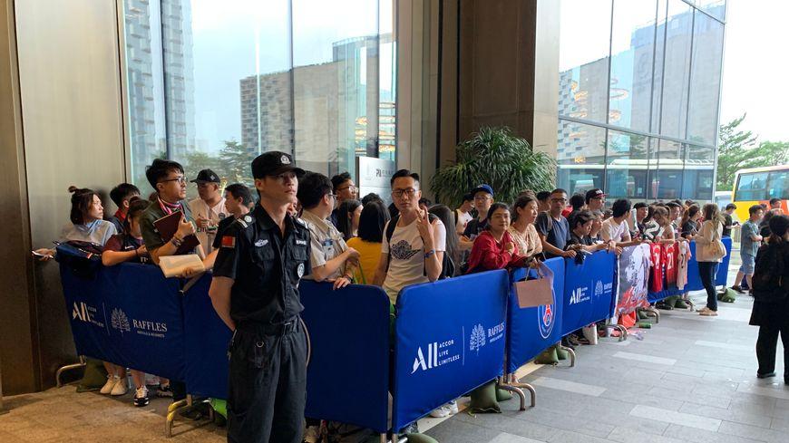 Une partie des supporters chinois massés devant l'hôtel du PSG à Shenzhen.