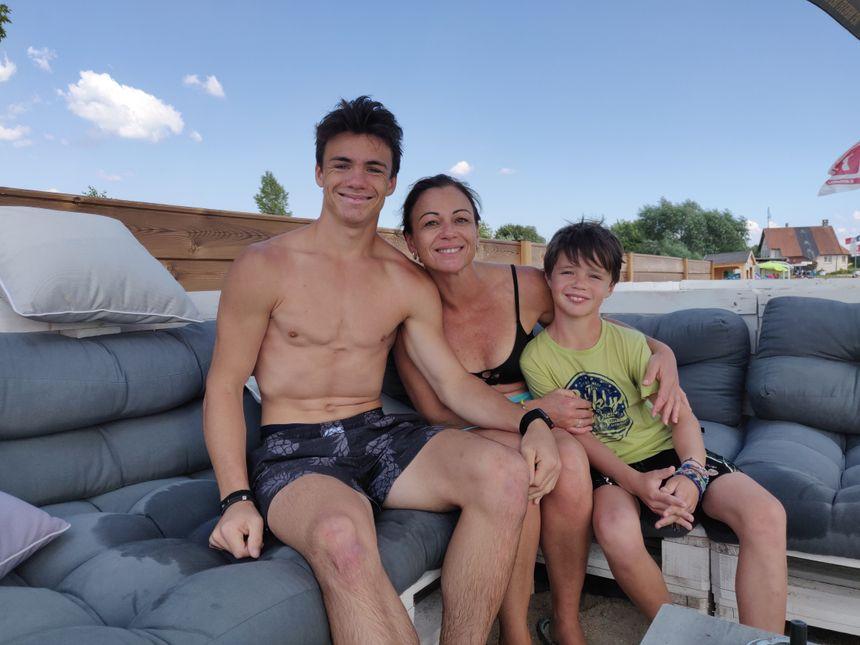 Jean, à gauche, et sa mère Peggy, ont apprécié le surf électrique