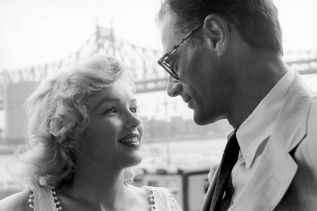 Marilyn Monroe et Arthur Miller devant le Queensboro Bridge, à New York, 1957