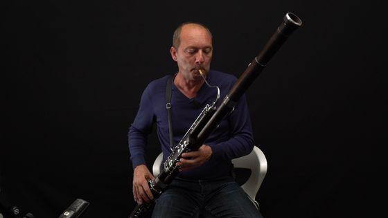 Le bassoniste Philippe Hanon jouant de son instrument