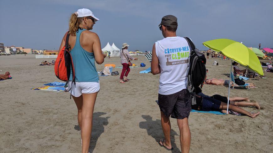 Les bénévoles ont passé leur après-midi à la rencontre des touristes pour leur distribuer des cendriers de poche.