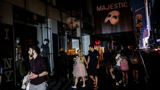 Broadway plongé dans l'obscurité à cause d'une panne d'électricité, le 13 juillet 2019