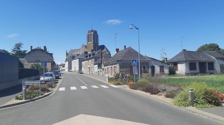 L'entrée du centre-bourg de Méral en Mayenne