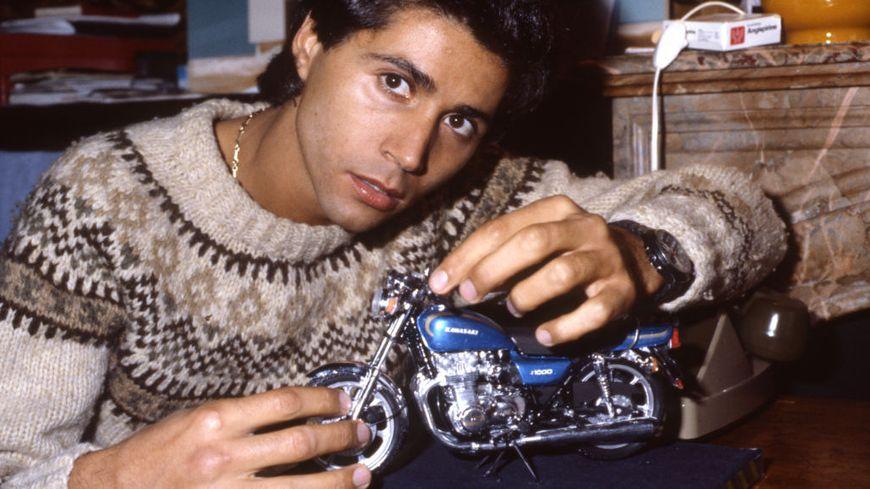 Portrait du chanteur Jean-Luc Lahaye avec une moto miniature le 6 octobre 1982 à Paris.