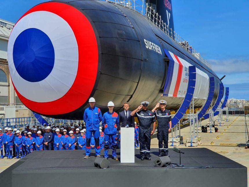 Emmanuel Macron lors du geste inaugural de lancement du sous-marin Suffren.
