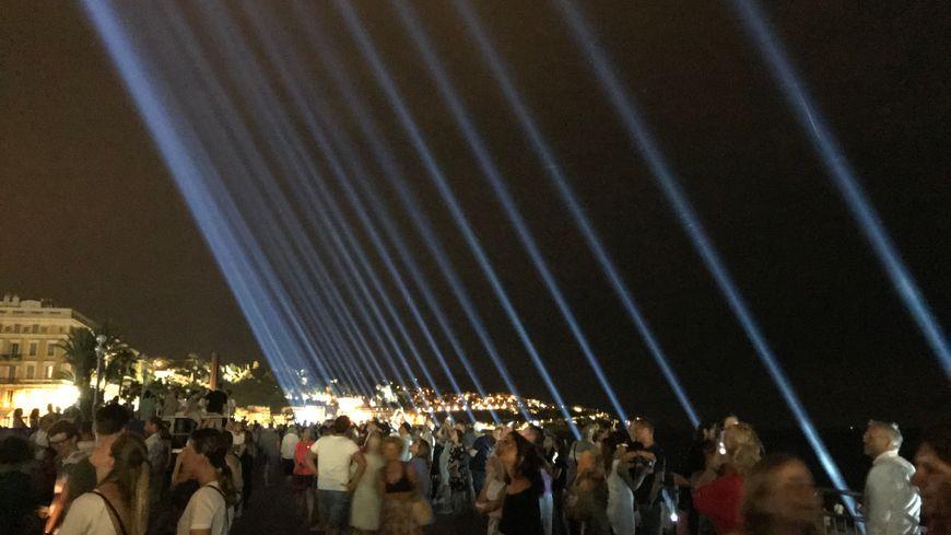 86 faisceaux lumineux allumés à 22h34 vers le ciel pour clôturer une journée d'hommages aux victimes de l'attentat du 14 juillet à Nice.