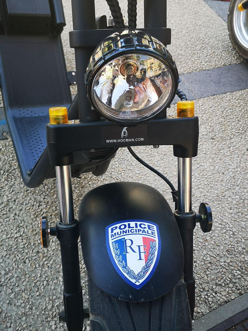Les trottinettes floquées du logo de la police municipale de Vias