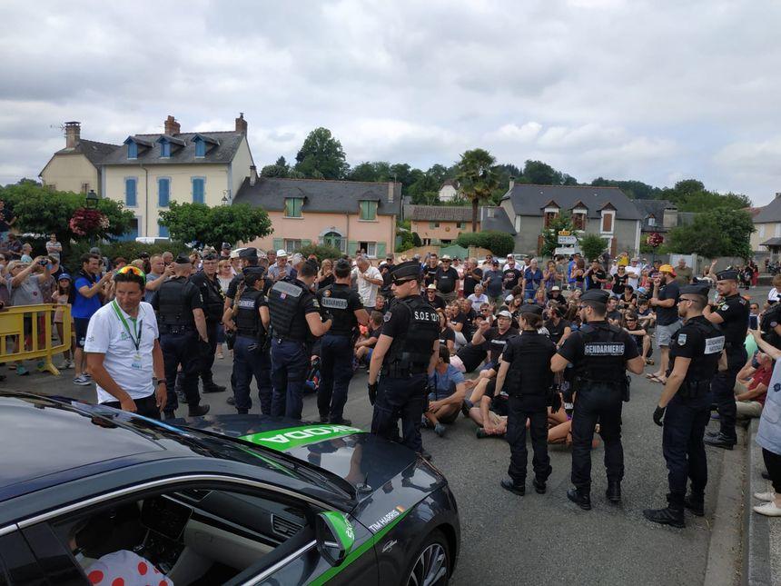 Des militants anti-porcherie industrielle d'Ossun ont bloqué la route du Tour quelques minutes ce samedi