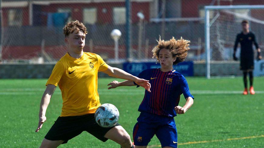 Xavi Simons (à droite) a été formé à la prestigieuse Masia, le centre de formation du FC Barcelone.