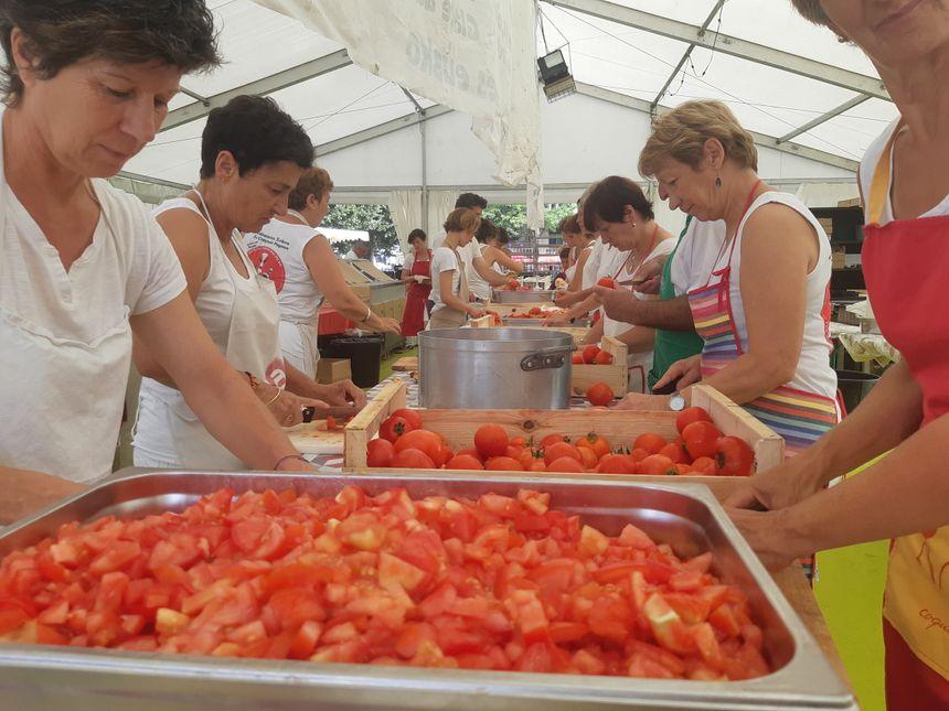 70 bénévoles et militants assurent le service et préparent chaque jour à manger