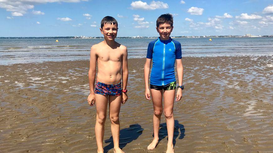 Arthur et Quentin ont piqué une tête dès le premier jour des vacances.