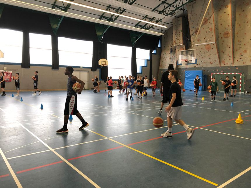 Les jeunes font six heures de basket par jour.