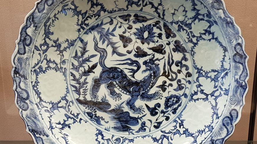 """Plat au """"Baizi"""" (animal fabuleux) à décor bleu et blanc"""