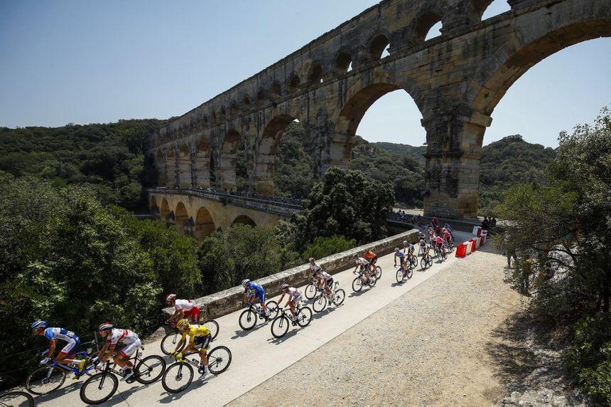 Le peloton passe sur le pont du Gard.
