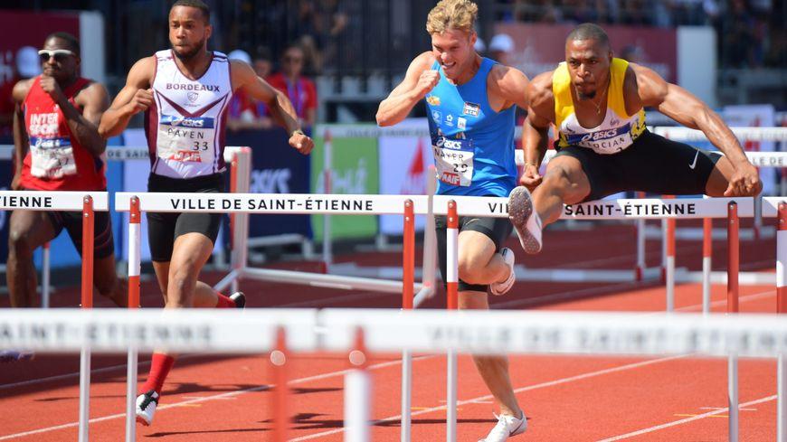 Kevin Mayer, à la lutte avec Wilhem Belocian sur la finale du 110 mètres haies des championnats de France d'athlétisme à Saint-Étienne