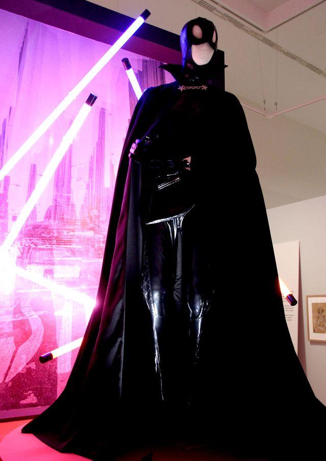 """Dans l'exposition """"Mode et BD"""" à la CBDI d'Angoulême, une tenue inspirée de Catwoman par Thierry Mugler"""