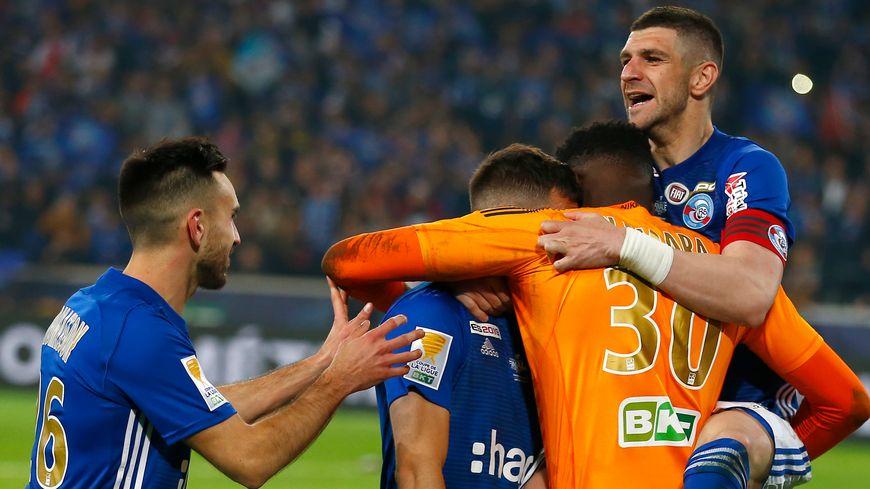 Le capitaine du Racing, Stefan Mitrovic, exulte après la victoire en finale de la coupe de la Ligue à Lille le 30 mars 2019.