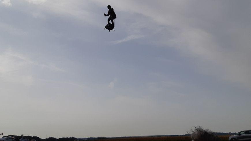 Dernière démonstration pour Franky Zapata, l'homme volant, à l'aéroclub du Boulonnais, à Saint-Inglevert (62), avant sa traversée de la Manche.