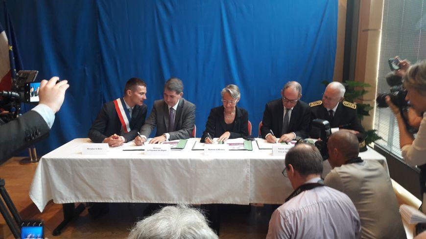 La ministre des transports Elisabeth Borne signe la convention Etat/Région