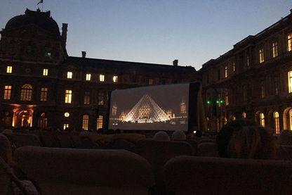 """Mise en abîme, projection du """"Da Vinci Code"""" dans la cour carrée du Louvre, pour le festival Cinéma Paradiso"""