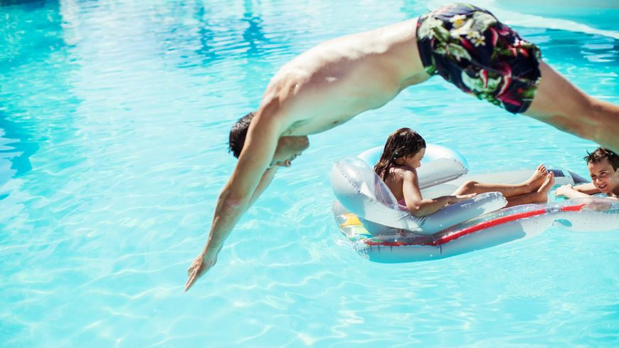 Après un bain de soleil, il est conseillé de ne pas rentrer trop brutalement dans une eau froide ou fraîche.