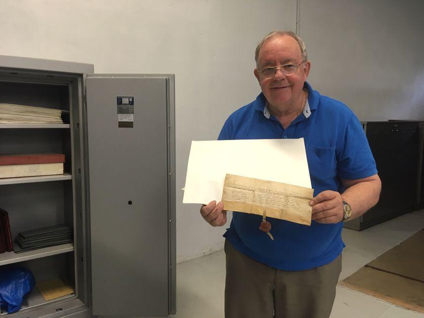 Pascal Flaus aux archives municipales de Saint-Avold avec un document rare du Moyen-Age
