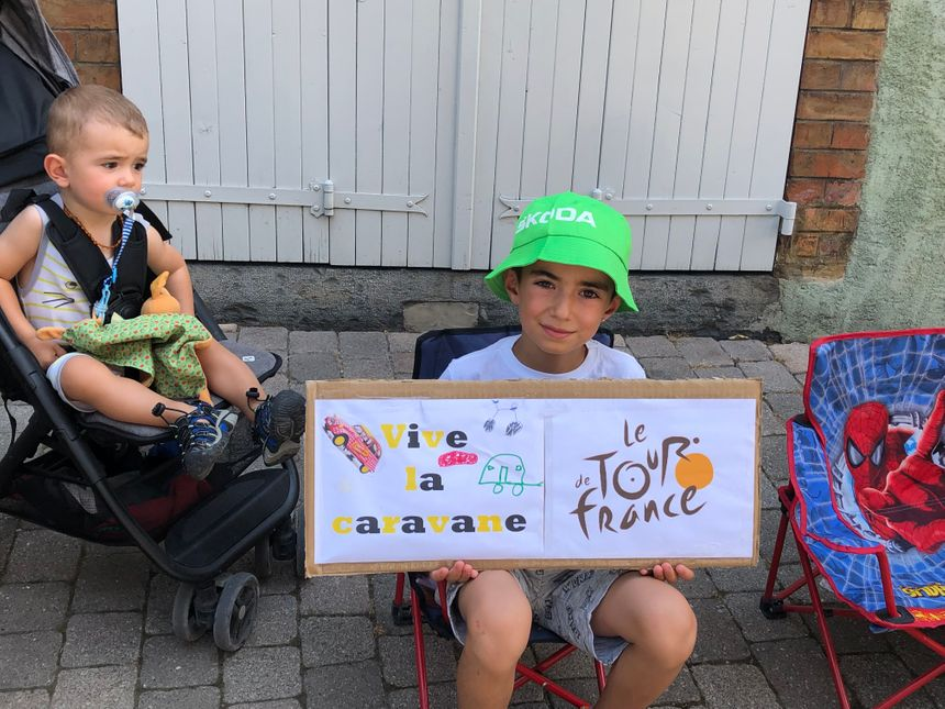 Les enfants sont prêts pour voir passer la caravane