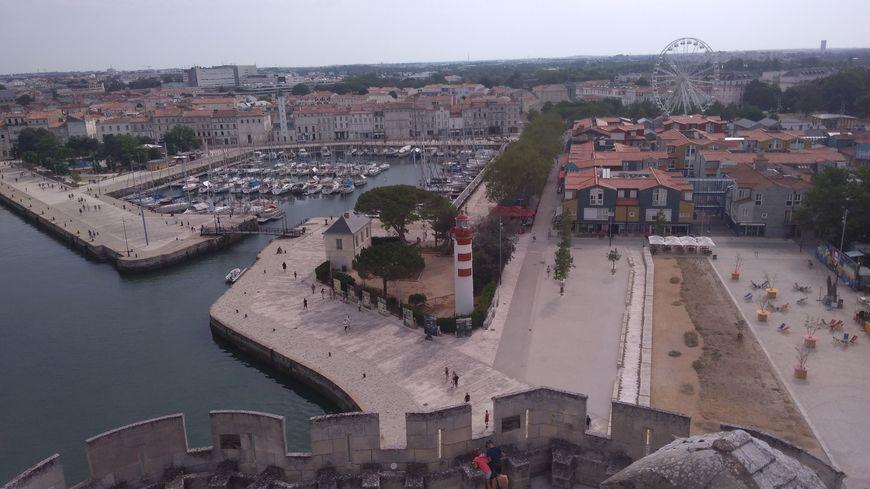 Les visiteurs peuvent venir admirer le Vieux-Port depuis le sommet de la Tour Saint-Nicolas.