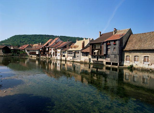 Ornans, et ses maisons sur la Loue