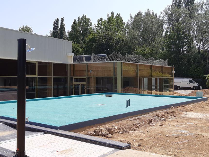 L'extérieur de la piscine de Vilaines-la-Juhel
