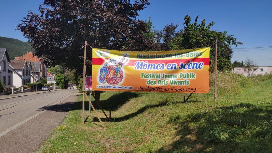 Le festival Mômes en scène s'affiche dès l'entrée de Niederbronn-les-Bains