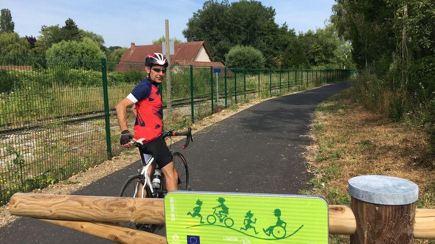 Philippe, cycliste passionné, économise en ce moment pour faire le voyage entre Paris et Londres à vélo