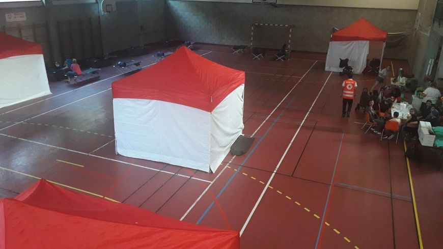 Une vingtaine de lits sont installées. Des tentes ont été dressées pour assurer plus d'intimité