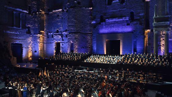 L'Orchestre national de France, l'Orchestre philharmonique, le Choeur et la Maîtrise de Radio France dans la symphonie des mille de Mahler, le 29 juillet au Théâtre antique d'Orange