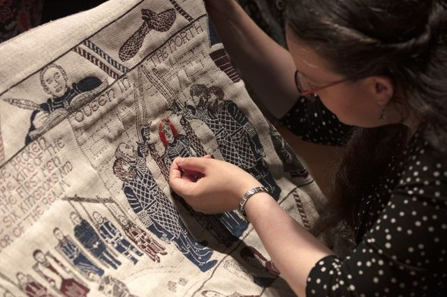 Il a fallu deux ans et 30 volontaires pour broder les finitions de la tapisserie