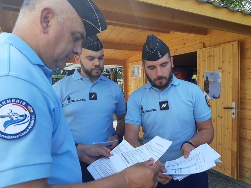 La patrouille montre au Général Philippe Guimbert les flyers distribués aux automobilistes