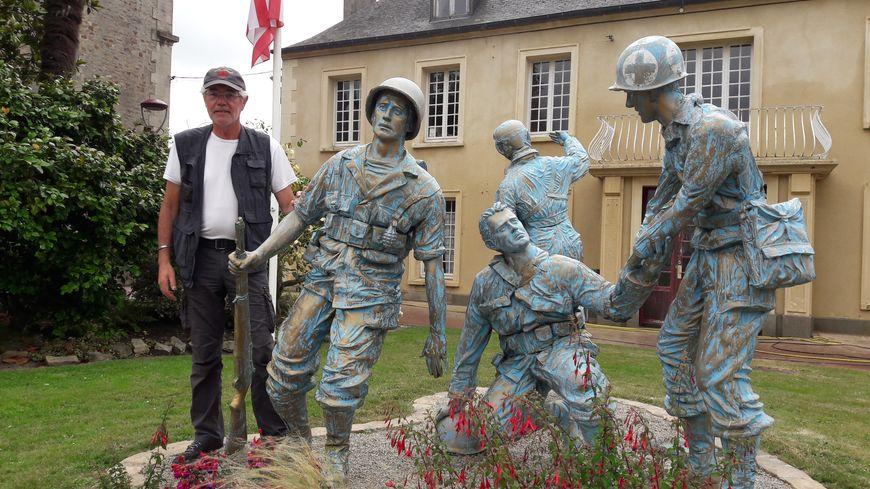 Christian Levaufre, fils d'Henri, à côté du monument des Quatre-Braves en l'honneur des libérateurs de Périers
