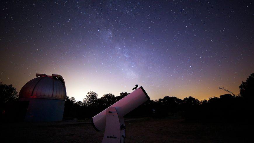 Les Nuits des étoiles : l'occasion de découvrir le ciel au téléscope (illustration).