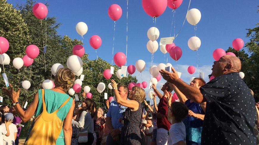 Un lâcher de ballons avec des messages de soutien aux parents de Zoé à Cognin, Savoie