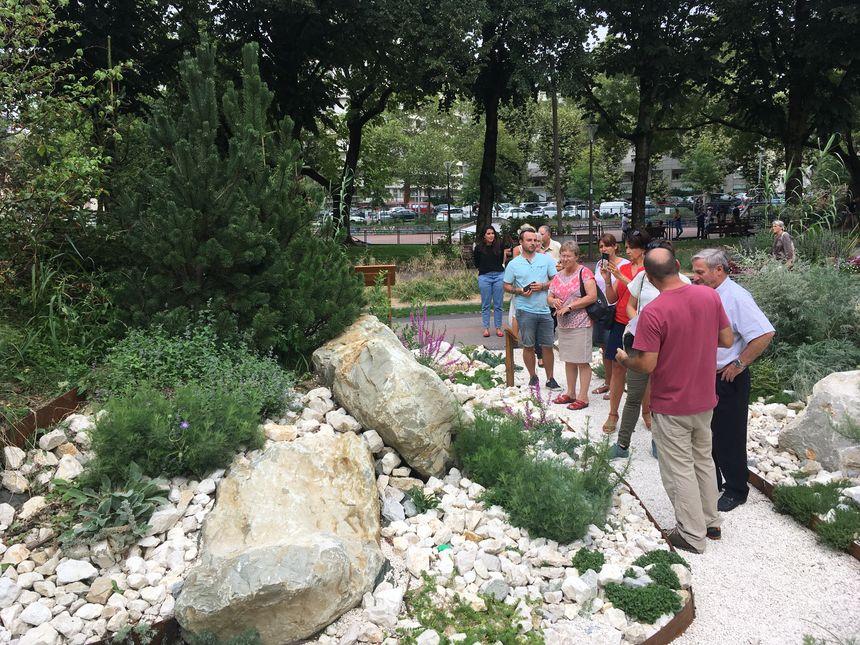 Le jury  du concours des villes et villages fleuris dans le parc du Verney à Chambéry