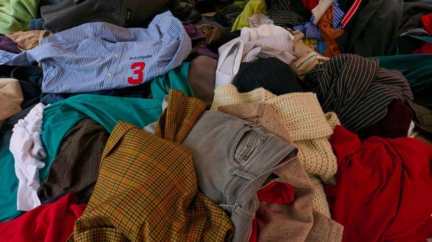 Ne jetez pas les vêtements que vous ne mettez plus : échangez-les ou donnez-les.