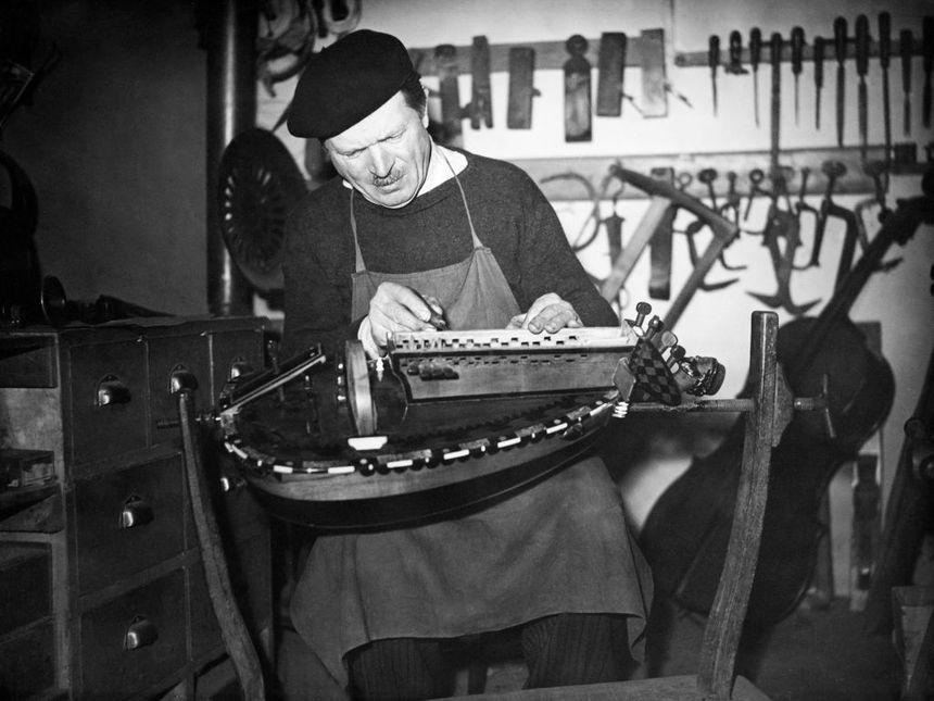 Luthier travaillant dans son atelier
