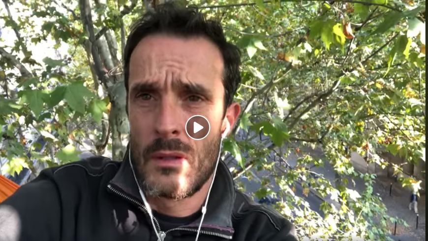 Un militant écologiste dort depuis trois jours au sommet d'un arbre situé devant le ministère de la Transition écologique à Paris.