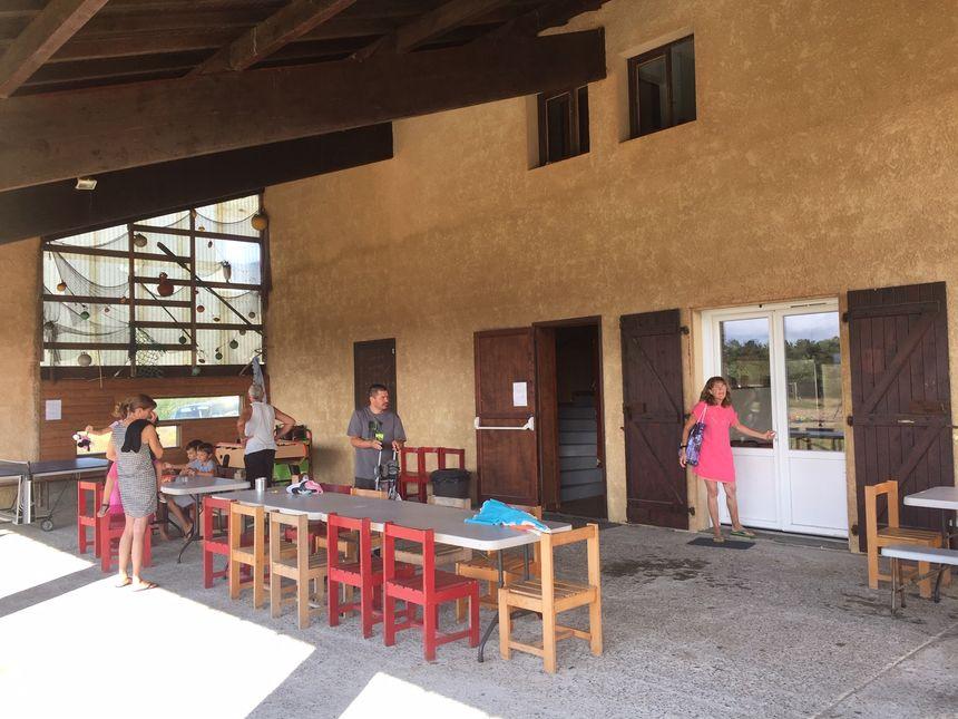 La terrasse extérieure du centre de vacances.