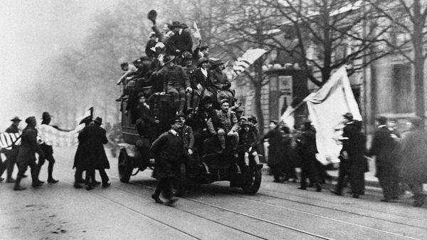 Des Parisiens se précipitent sur une voiture pour répandre la nouvelle de la défaite des armées allemandes et de l'armistice le 11 novembre 1918 à Paris.