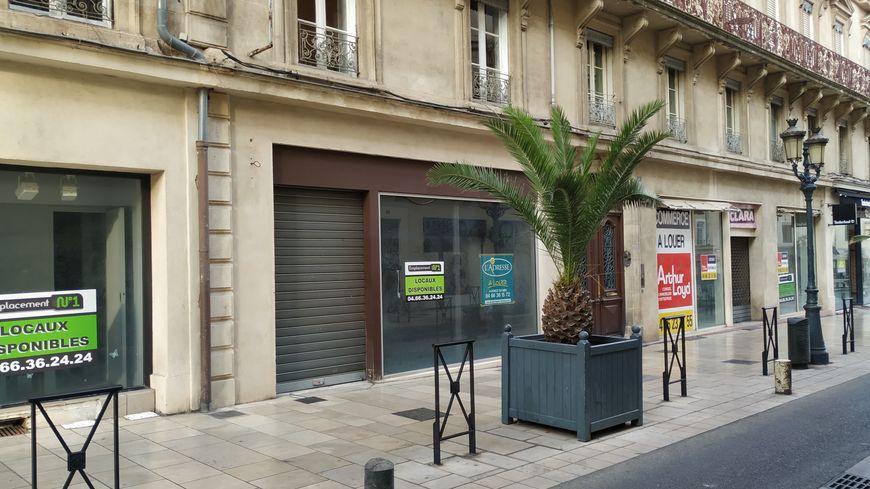 Des magasins fermés rue du Général Perrier à Nîmes