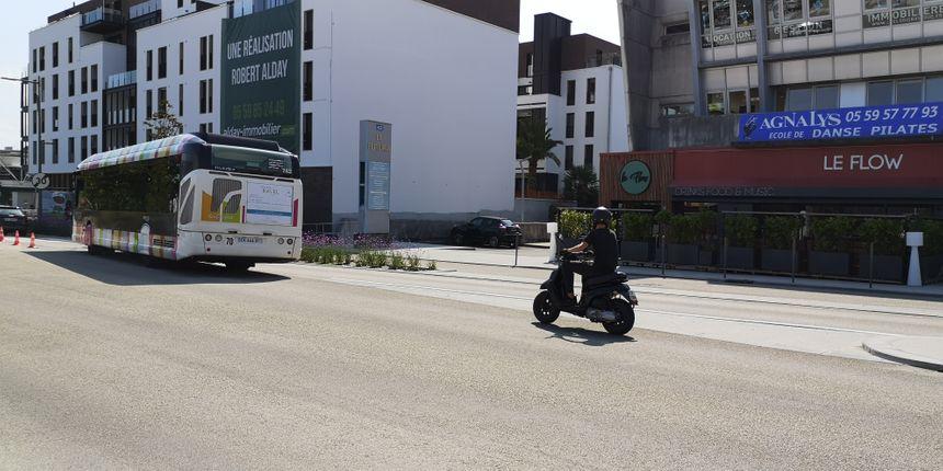 Ici, à Anglet, un scooter suit carrément au autobus sur sa voie réservée