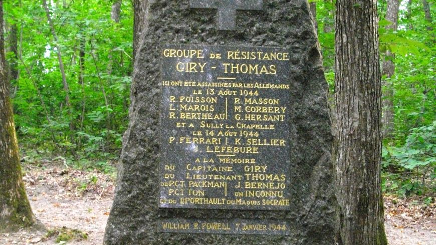 La stèle sur laquelle sont gravés les noms des maquisards, fusillés le 13 août 1944 par les Allemands, au lieu-dit les Châtaigniers près de Chilleurs-aux-Bois.